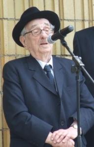 """Dr. Schweitzer József 2010. július 4-én, a pécsi pályaudvar """"nulladik"""" vágányánál álló mártíremlékmű avatásán."""