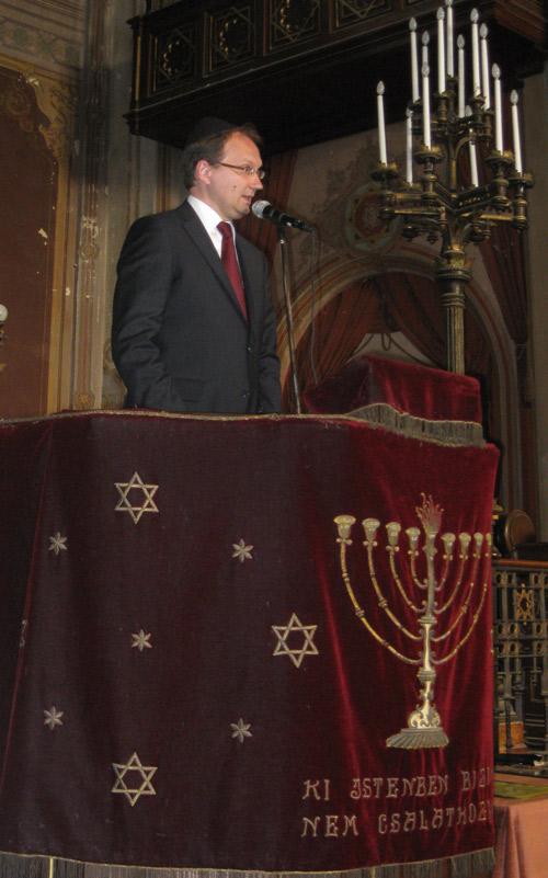 Dr. Hoppál Péter parlamenti képviselő beszéde közben.