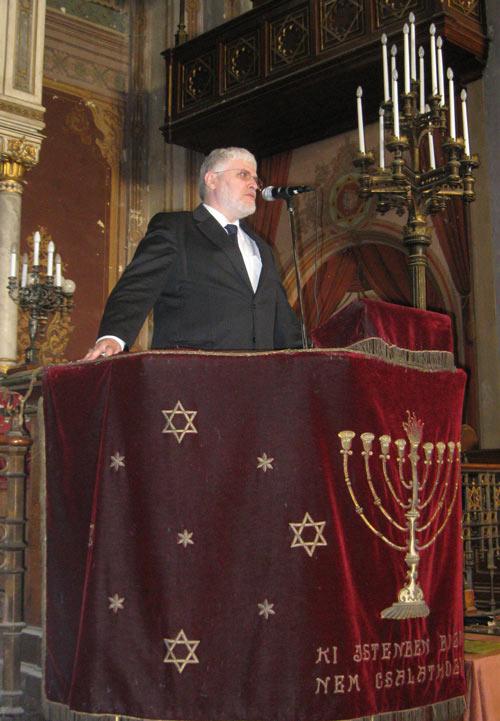 Schöberger  András pécsi főrabbi is megemlékezett a közösség mártírjairól.