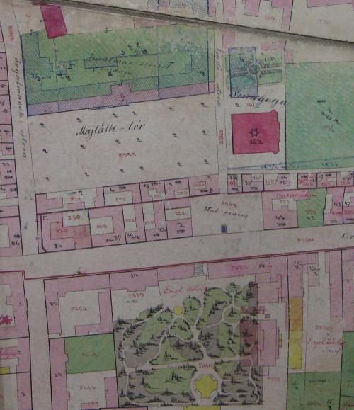 A térképszelvény alső részén a Czindery-kert (ma a NAV épületkomplexum jórészt beépített udvara,  kissé felette a Hal tér, a zsinagóga, az izraelita elemi iskola, és a Majáth (ma Kossuth) tér. Kattintással nagyítható.