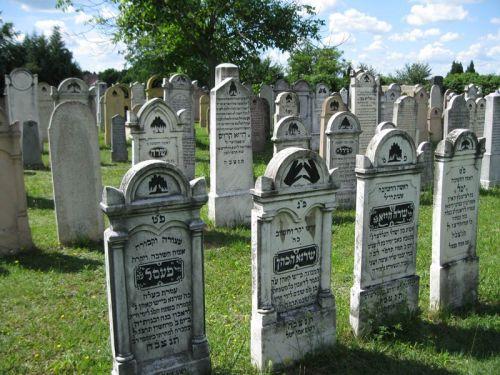 Az ortodox temető részlete. Brick Ernő úr adományából új kőkerítést kapott 200-ben, 2001-ben pedig az összes síkövét felújították ugyancsak Brick Ernő adományából.
