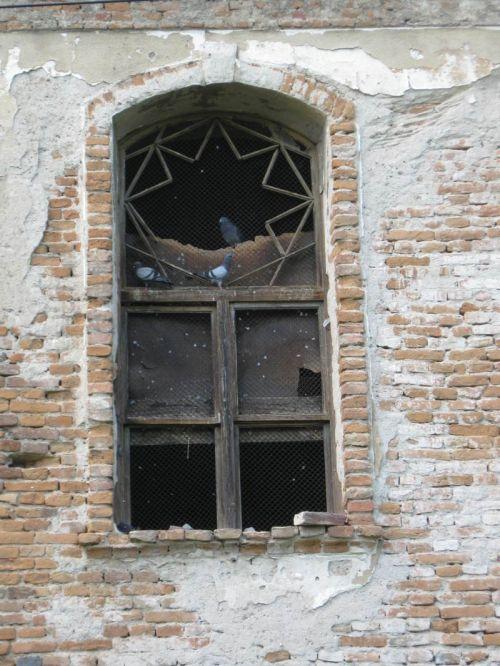 A déli homlokzat egyik ablaka. Ennyi maradt belőle.