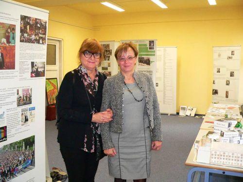Dr. Chava Baruch (b) és Baracs Nóra tanárnő a pécsi Széchenyi Gimnáziumban felépített kiállításban. Dr. Baruch nagyon elégedett volt az eredménnyel,  a készítés közben pedig tanácsaival segítette a pedagógusokat.
