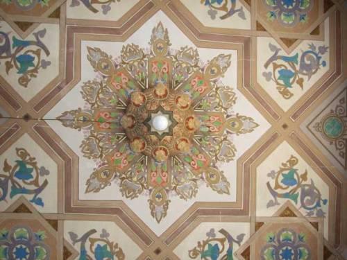 A mennyezetkazetta díszítése a pécsi zsinagógában. kazettájánal