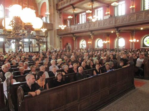 A közönség. balra az első két sorban az izraeli kórus harmadik, később az éneklésbe csatlakozó része.
